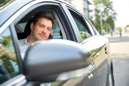 concetto di trasporto, veicolo e persone - uomo o autista che guida un'auto in estate