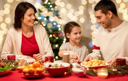 happy family having christmas dinner at home Foto de archivo - 130804817