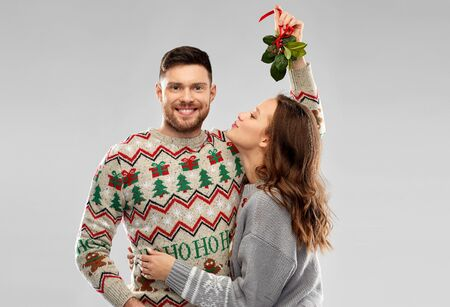 happy couple kissing under the mistletoe Stockfoto