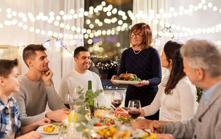 happy family having dinner party at home Foto de archivo - 130804824