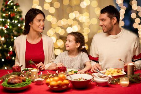 happy family having christmas dinner at home Foto de archivo - 130805017