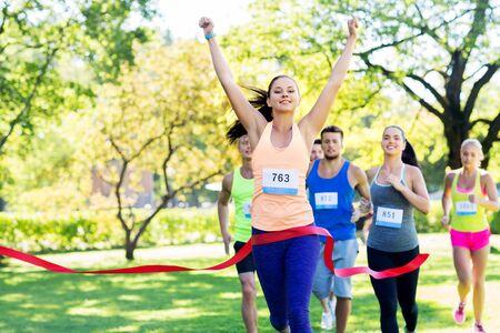 gelukkige jonge vrouwelijke hardloper op finish winnende race