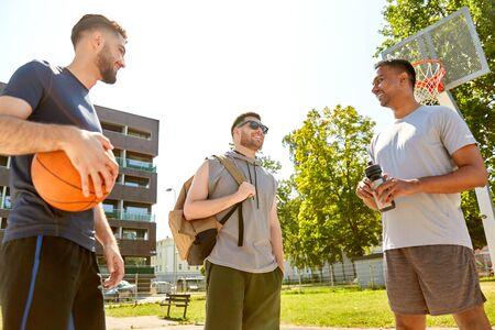 gruppo di amici maschi che vanno a giocare a basket