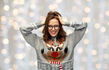 mujer en suéter de navidad con patrón de renos