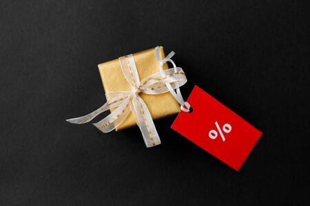 small gift box and red sale tag with discount sign Reklamní fotografie