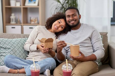 happy couple with takeaway food and drinks at home Stockfoto - 132027026