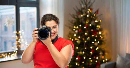 Fotógrafo de mujer feliz con cámara digital