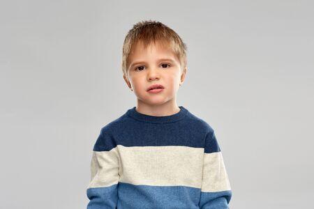 Porträt eines kleinen Jungen im gestreiften Pullover Standard-Bild