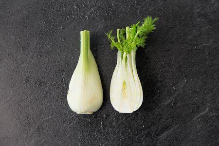 koncepcja warzyw, żywności i kulinariów - koper włoski na tle łupkowego kamienia