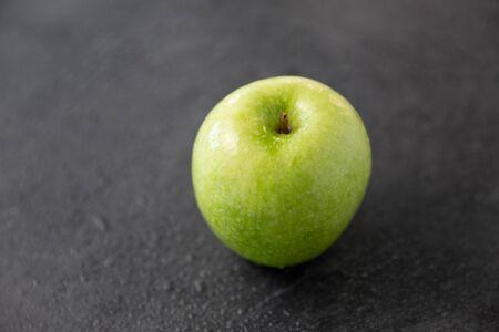 ripe green apple on slate stone background Banco de Imagens - 133617491
