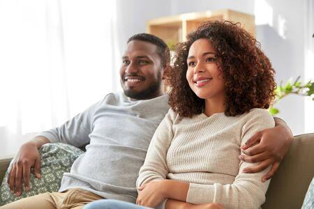 felice coppia afroamericana che si abbraccia a casa