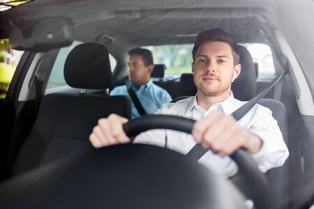 conducteur masculin avec des écouteurs sans fil conduisant une voiture