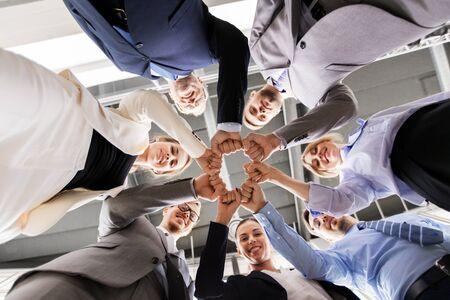 feliz, empresarios, hacer, puño, golpe, en, oficina