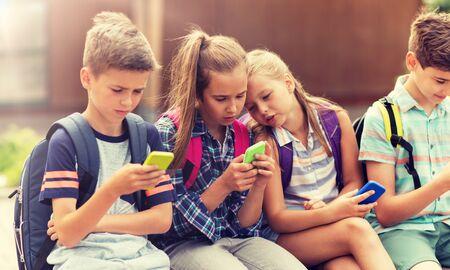 élèves du primaire avec des smartphones