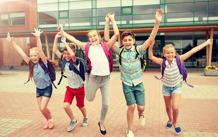 group of happy elementary school students running Banque d'images