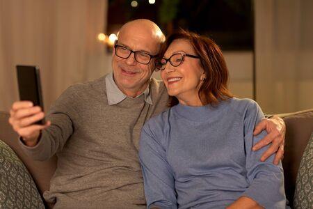 old couple taking selfie with smartphone at home Zdjęcie Seryjne