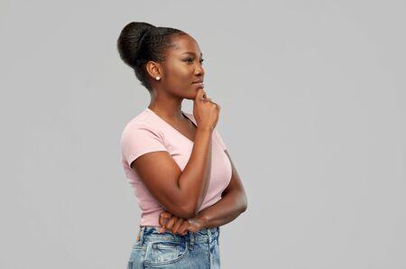femme afro-américaine pensant ou rêvant Banque d'images
