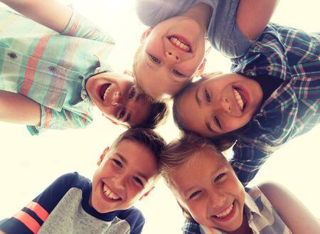 groupe d'enfants heureux fait face en cercle