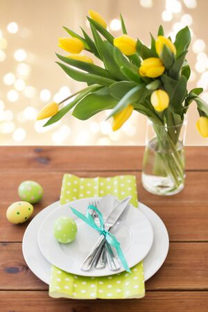 easter egg, plates, cutlery and tulip flowers Stockfoto
