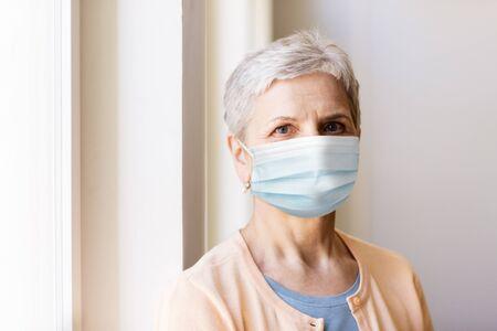 femme âgée en masque médical de protection