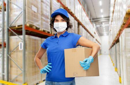 donna delle consegne con maschera facciale che tiene in mano una cassetta dei pacchi