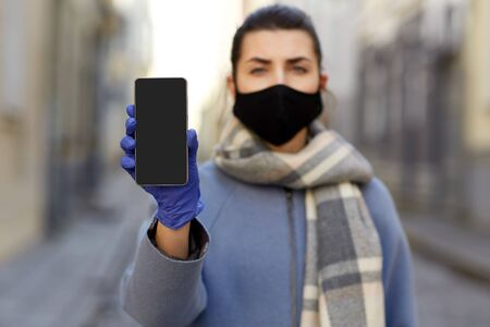 femme portant un masque protecteur réutilisable