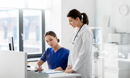 doctor and nurse with clipboard at hospital Stock Photo