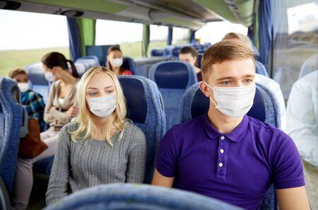 couple ou passagers masqués en bus de voyage