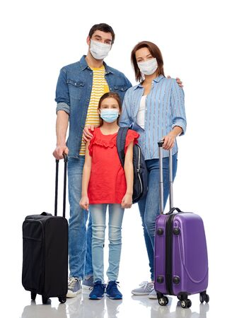 family in medical masks with travel bags Banque d'images