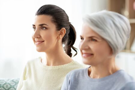 portrait of old mother and adult daughter at home Banque d'images