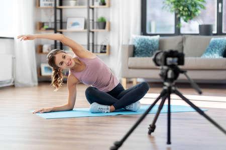 woman or sports blogger streaming online yoga Standard-Bild