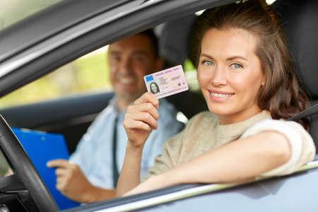 車運転インストラクターと免許を持つドライバー