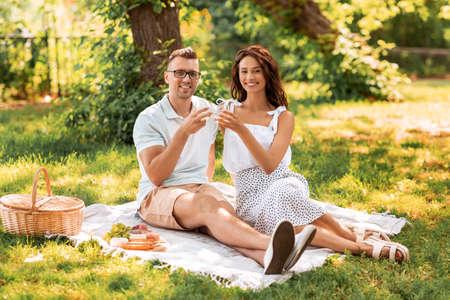 happy couple having picnic at summer park Foto de archivo