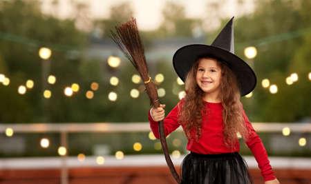 girl in black witch hat with broom on halloween Zdjęcie Seryjne