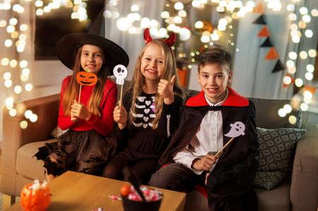 kids in halloween costumes having fun at home Zdjęcie Seryjne