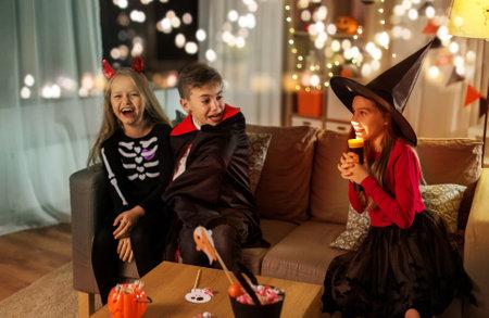 kids in halloween costumes playing at home Zdjęcie Seryjne