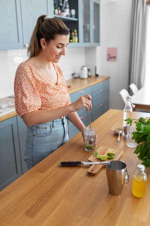 woman making cocktail drinks at home kitchen Zdjęcie Seryjne