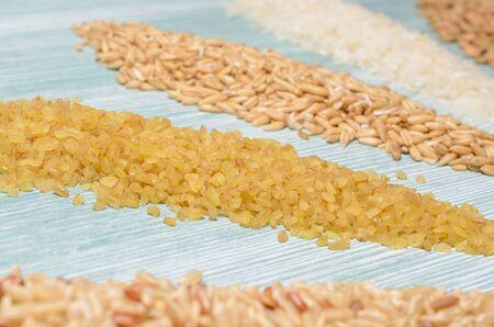 franjas de varias semillas y granos dispuestos sobre la mesa, concepto de dieta saludable.