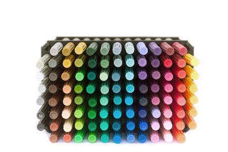 Een stapel van kleurrijke markeringen tegen een witte achtergrond