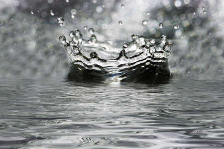 幻想的な水が跳ねます。滴、波。