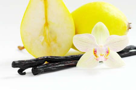 flor de vainilla: Close-up de pera amarillo con granos de vainilla sobre fondo blanco Foto de archivo