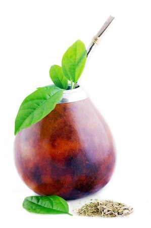 Isolierte Leder-Mate-Cup mit Stroh und Yerba grüne leafs