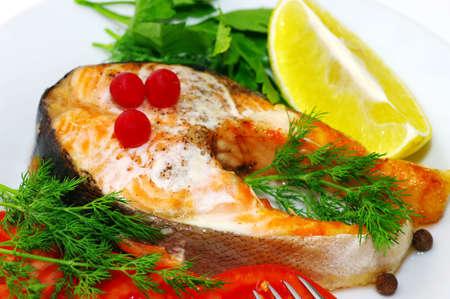 plato de pescado: Plato de pescado - pescado a la parrilla con verduras