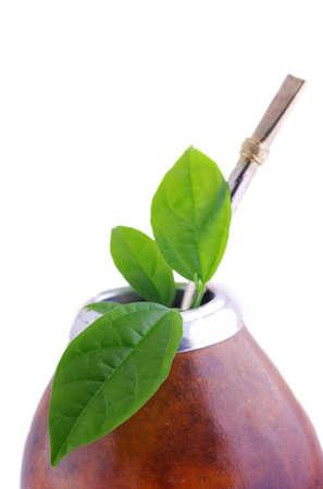 Copa de mate de cuero aislados con paja y yerba verde veraniegos  Foto de archivo - 5917817