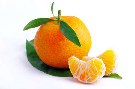fruitage: Tangerine with leaves on a white background