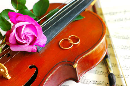 Hochzeit Ringe und rosa Rosen mit Violine auf die note Standard-Bild
