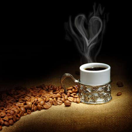 白いカップでコーヒー豆