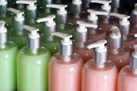 productos quimicos: Composición con botellas de plástico de cuidado del cuerpo y productos de belleza Foto de archivo