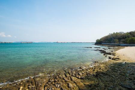 playas tropicales: Mar costa rocosa en el cielo sin nubes