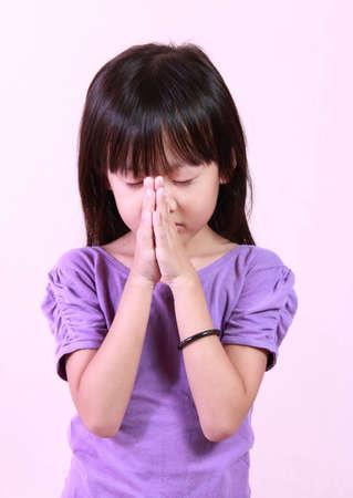 ni�o orando: Una ni�a linda que hace un poco de deseo